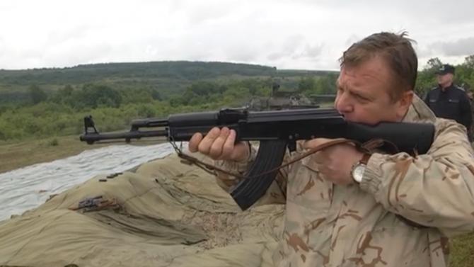 """Каракачанов демонстрира уменията си по стрелба с """"Калашников"""""""