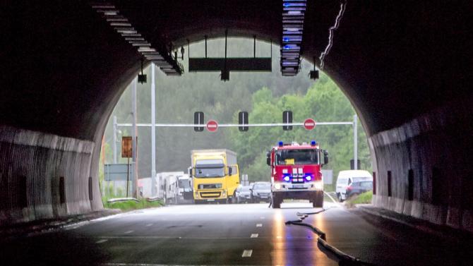 """Кола се запали в тунел """"Витиня"""" и блокира движението"""