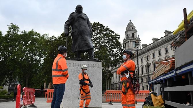 Британската полиция охранява емблематична статуя на Уинстън Чърчил от протестиращи срещу расизма