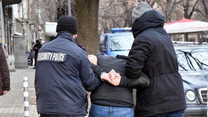 29-годишен предизвика скандал пред магазин в Крумовград, скочи и на полицаи
