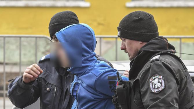 Дилър изхвърли пликче с дрога докато полицаи му слагат белезници