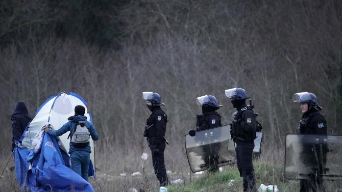 Евакуираха лагер с млади мигранти  в Париж