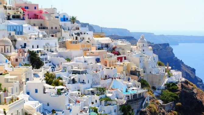 Гърция затяга мерките срещу коронавируса в курортите