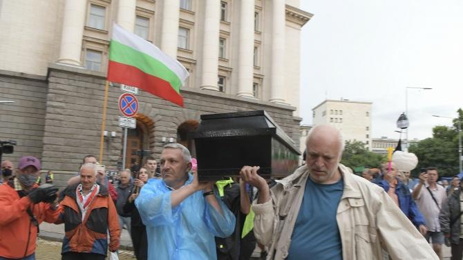 Сдружение настоява за глоби за Бабикян, Хаджигенов и Минеков - увредили сградата на Народното събрание