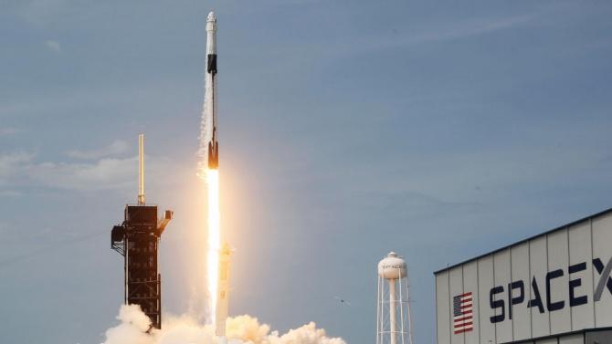 """SpaceX изстреля нова серия микроспътници """"Старлинк"""""""