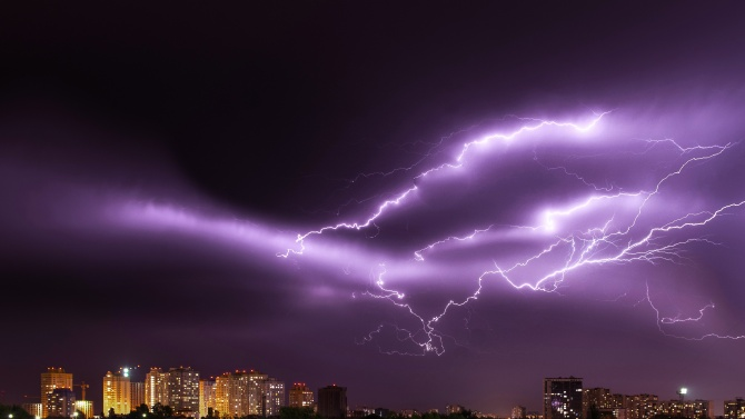 Внимание! Опасни порои и гръмотевични бури в няколко области у нас