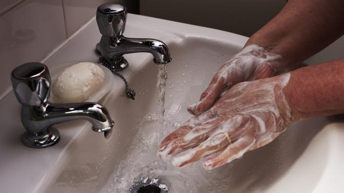 Родители поискаха свободен достъп до топла вода и сапун за децата в училище