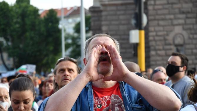 Психолог каза защо полицията изтърпя агресията на протестиращите