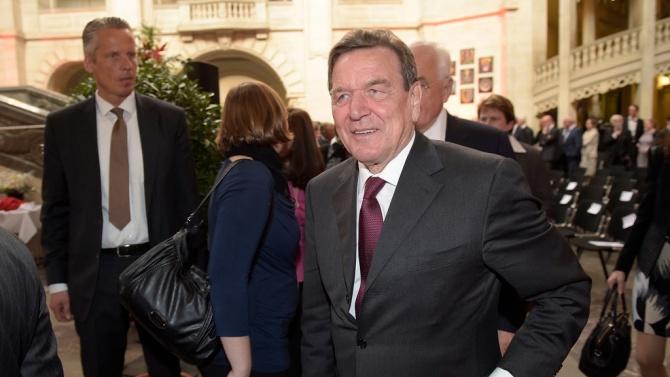 """Призоваха бившия немски канцлер Шрьодер да напусне работата си за """"Газпром"""""""