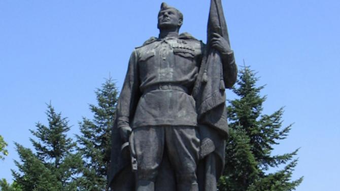 Поругаха паметника на Альоша в Русе