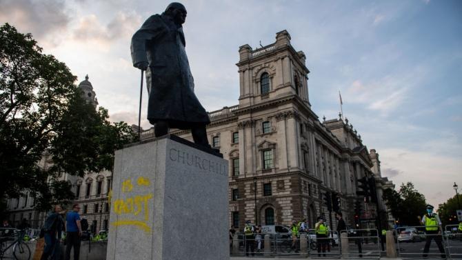 Паметникът на Чърчил в Лондон осквернен с графити
