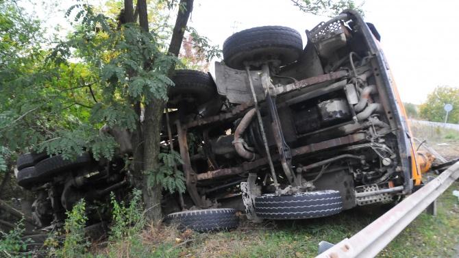 ТИР помете 11 коли в Айтос, жена изгоря в един от автомобилите