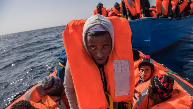 Кораб на хуманитарна организация спаси над 100 мигранти в Средиземно море