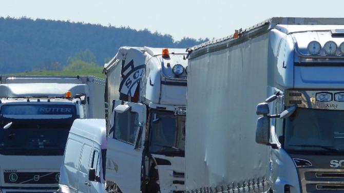Верижна катастрофа между три камиона затапи изхода на Бургас