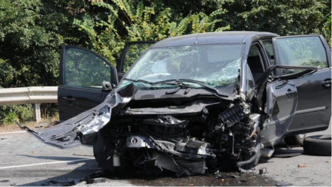 Тежка катастрофа между училищен автобус и лека кола - жена загина на място