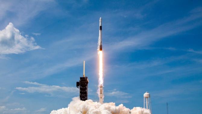 """Space X изстреля ракета-носител """"Фалкон"""" със спътници """"Старлинк"""""""