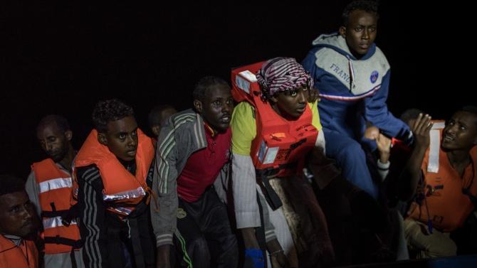 Поне 11 мигранти загинаха при потъването на корабче край Тунис