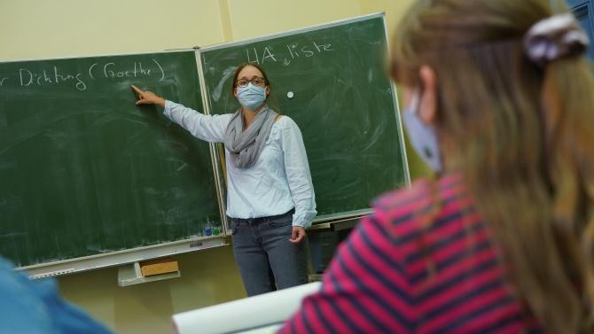 Общо 144 учители и 142 ученици в страната са заразени с коронавирус