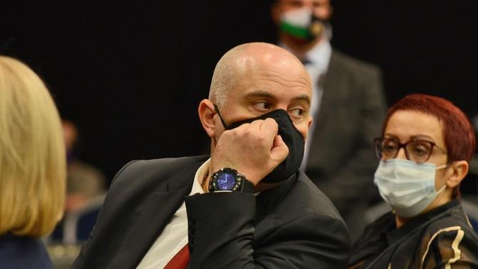 Мъж с маска нахлу зад гърба на Гешев и размаха евробанкноти