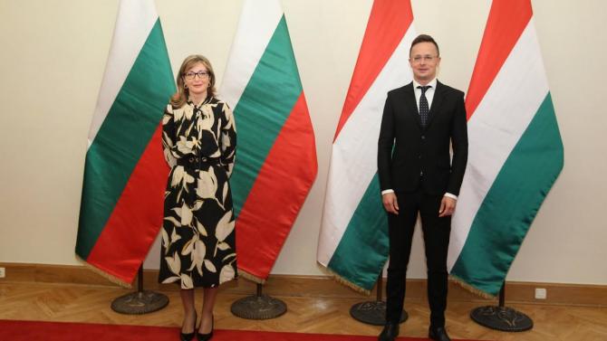 Екатерина Захариева разговаря с унгарския си колега