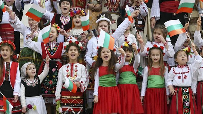 Детски градини в молдовския район Тараклия получиха народни костюми по програма на МОН България