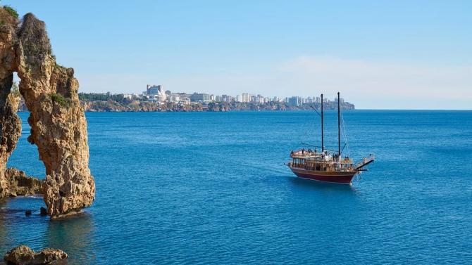 Туристическо корабче потъна край Анталия, руснак е загинал
