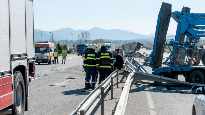 Мъж загина при челен удар между ТИР и кола край Тулово