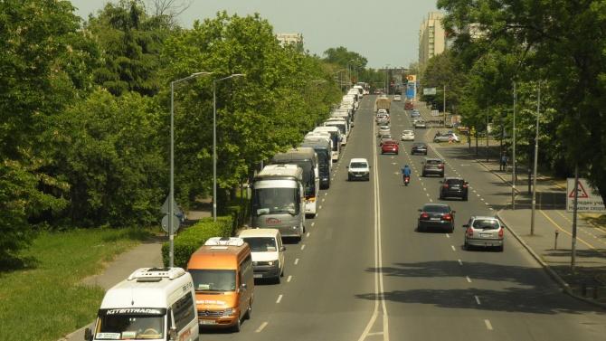 Автобусни и таксиметрови превозвачи готвят протест, показват червен картон на управляващите