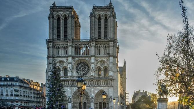 """Хор изнася концерт за Коледа в горялата парижка катедрала """"Нотр Дам"""""""