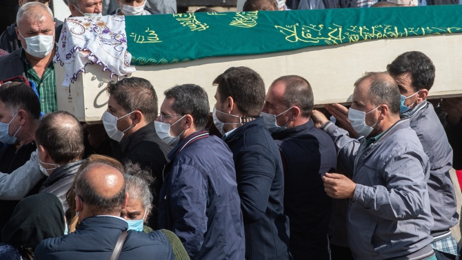 200 души погребаха карантинно убиеца на френския учител