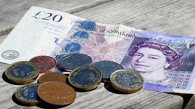 Британската лира поевтинява с над 1% заради опасения за Брекзит без сделка