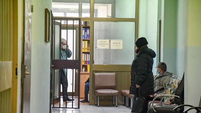 Карловската болница получи дарение от защитни екипи и безконтактни термометри
