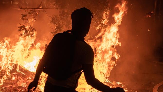 Албанци подпалиха коледна елха