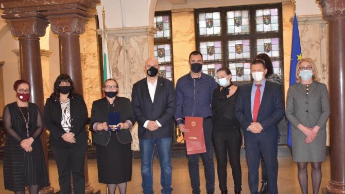 """Иван Гешев връчи """"Почетен знак на Прокуратурата"""" на наследниците на Евгени Диков"""
