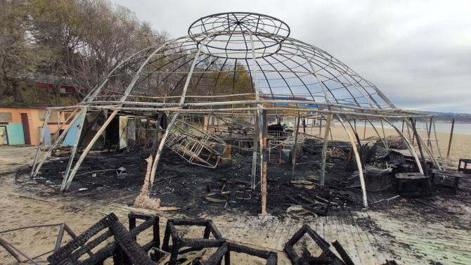 Заведение на плажа във Варна изгоря до основи