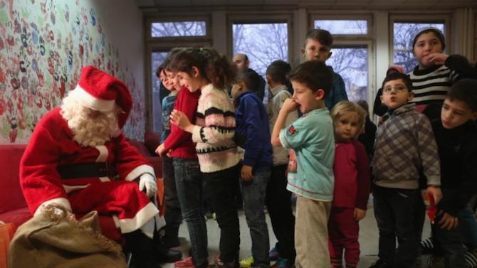 Децата на медиците от COVID-отделенията в разградската болница получиха коледни подаръци