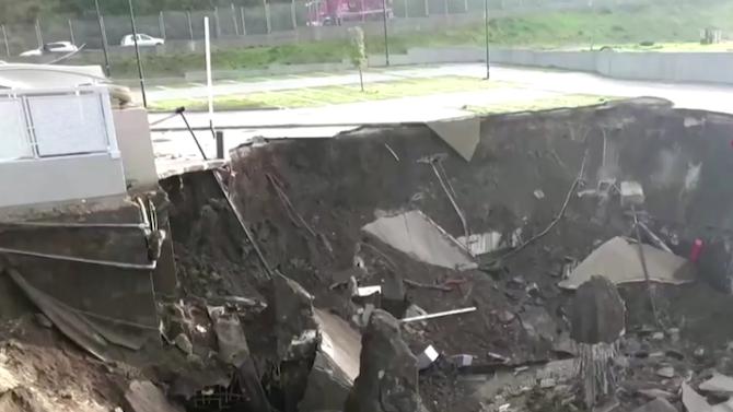 Огромна дупка погълна автомобили на паркинг до болница в Неапол