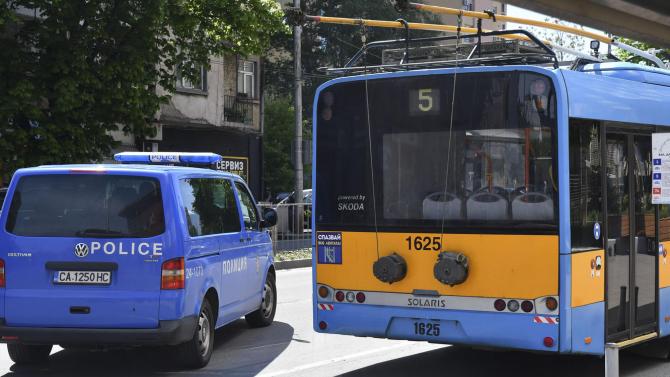 Кола на НСО се удари в тролей в София