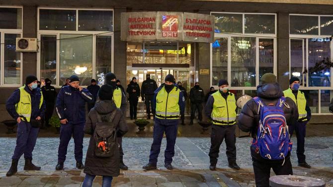 Протестиращи посрещнаха Тома Биков пред БНТ