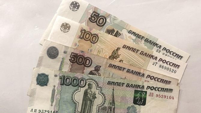 Спад на руската рубла на фона на растящите политически рискове