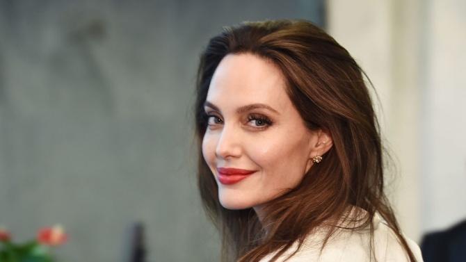 Анджелина Джоли предлага на търг картина на Чърчил