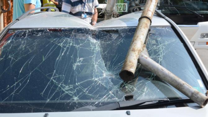 Мъртво пиян шофьор събори стълб в Кула