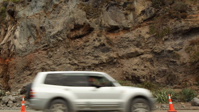 Рухнала подпорна стена затвори едното платно на пътя Кричим – Девин