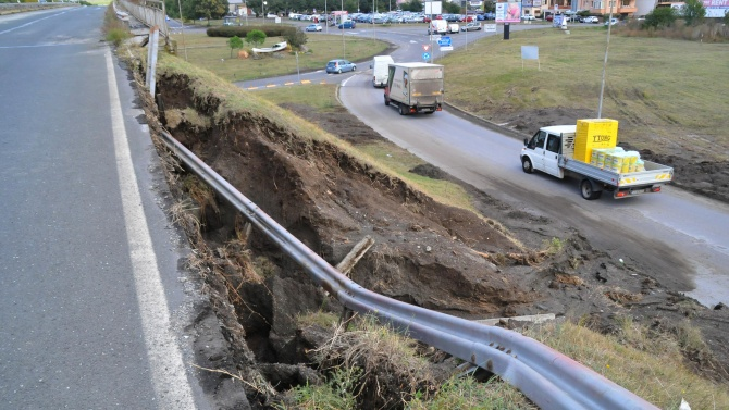 До дни укрепват свлачището на пътя Кричим-Девин