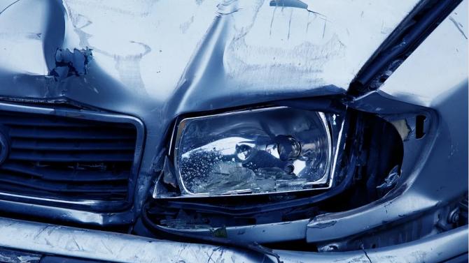 Кола се вряза в спирка във Варна, пострадал е младеж