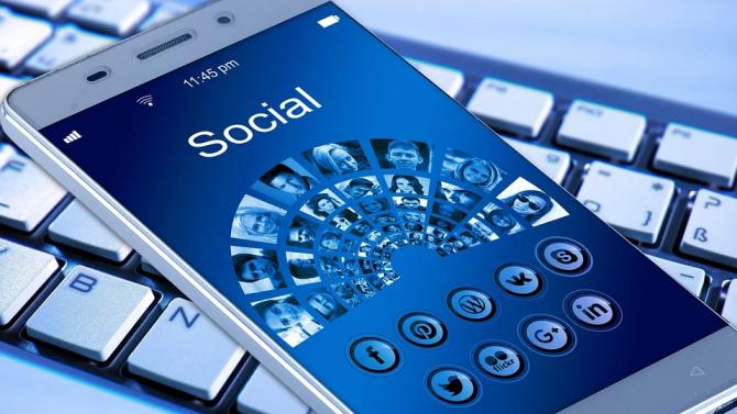 Евродепутати: Трябва да регулираме платформите за социални медии, за да защитим демокрацията