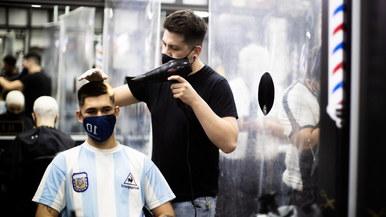 Фризьор продаде на търг за 422 евро първата си подстрижка след карантината