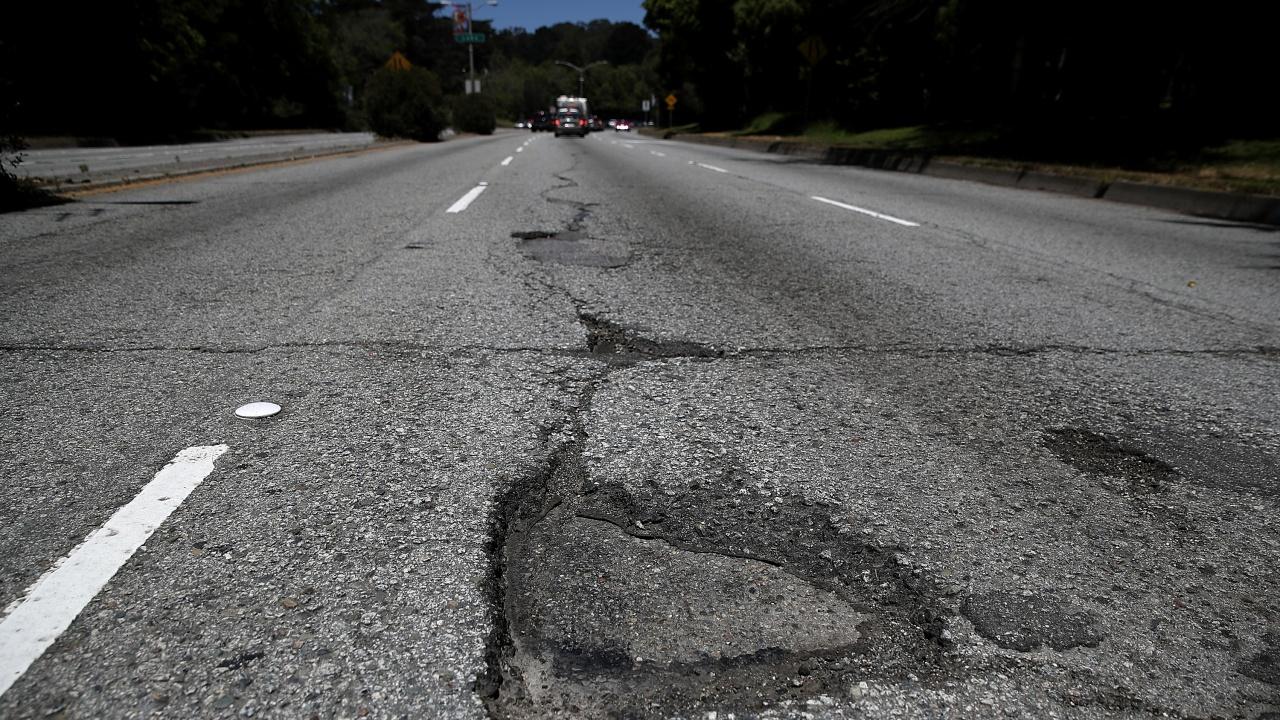Свлачището на пътя между Югово и Лъки е разчистено