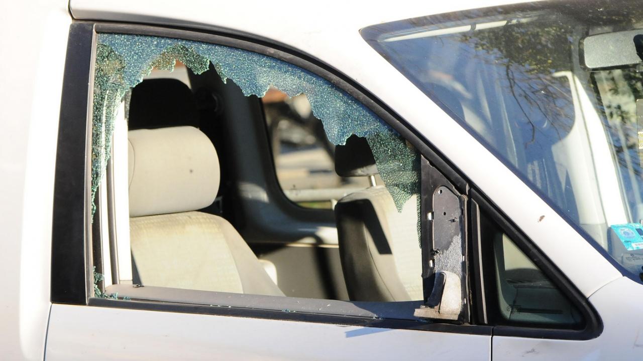 Пиян шофьор се заби в дърво и уби спътника си
