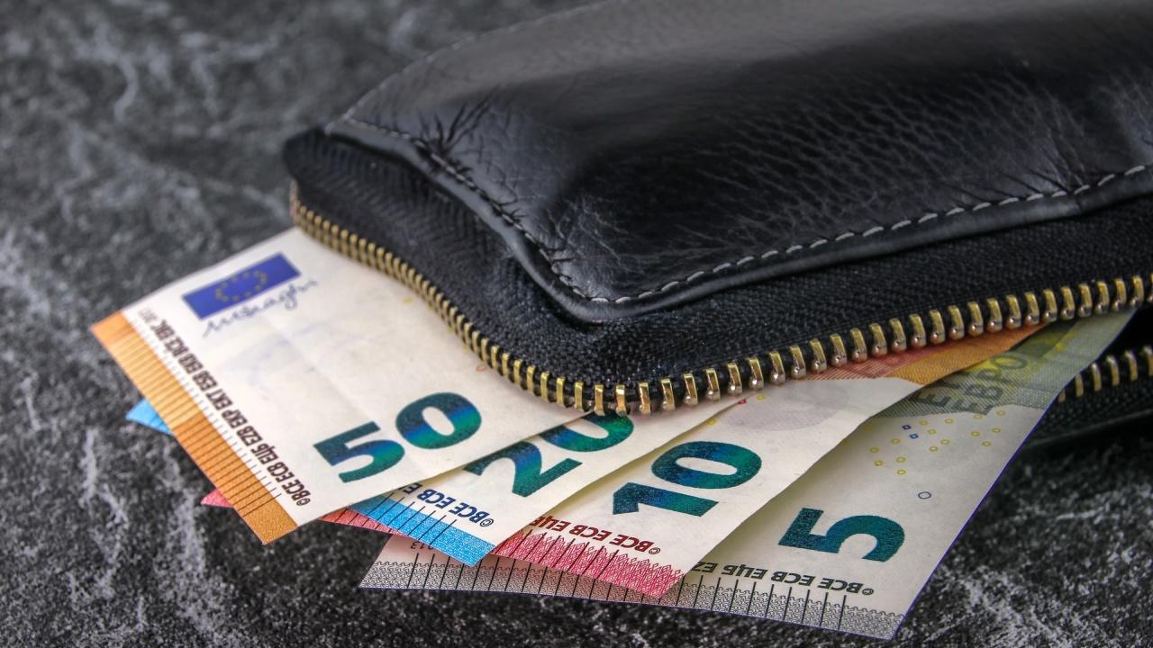 Ето колко би могла да бъде минималната заплата в България през 2025 г., данъците няма да се пипат